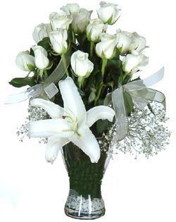 cam içerisinde 11 beyaz gül ve 1 kazablanka  Denizli yurtiçi ve yurtdışı çiçek siparişi