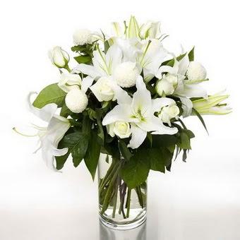 Denizli uluslararası çiçek gönderme  1 dal cazablanca 7 adet beyaz gül vazosu