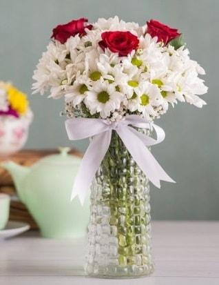 Papatya Ve Güllerin Uyumu camda  Denizli uluslararası çiçek gönderme